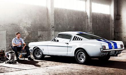Желающие купить Mustang буквально спали у автосалонов Ford в ожидании начала продаж. Вечером в первый день дебюта автомобиля сразу поступило более чем 22 000 заказов